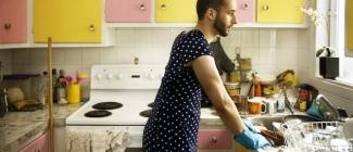 Czy kobiety widzą swoich mężczyzn w roli gospodyń domowych?