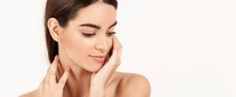 Jakie zabiegi mogą pomóc w przywróceniu skórze młodego i promiennego wyglądu?