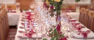 Kogo zaprosić na swój ślub a kogo nie zaprosić? Gdzie kogo posadzić przy stole weselnym? Kilka słów o skomplikowanych sytuacjach...